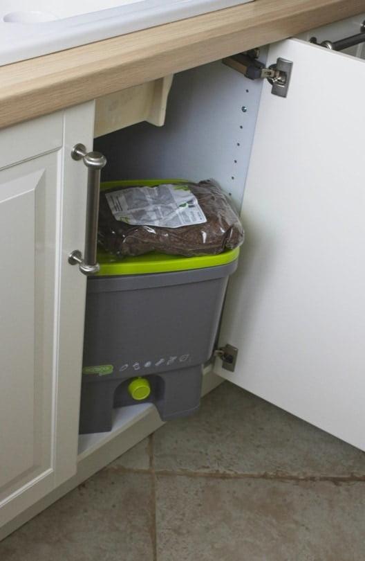 Composteur Bokashi sous l'évier de la cuisine