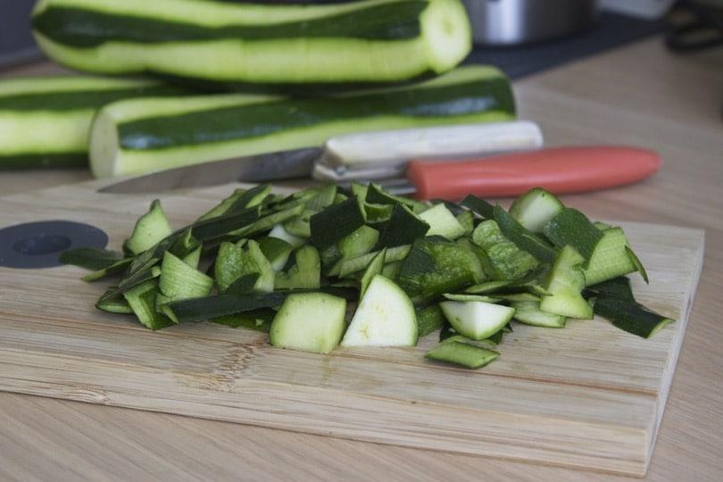 Courgettes coupées en petits morceaux pour le composteur Bokashi