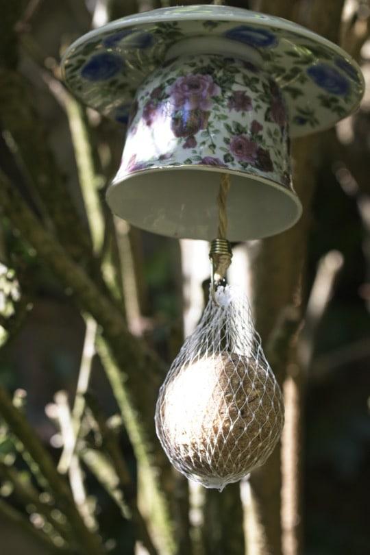 Récupérer des tasses pour réaliser des mangeoires à oiseaux