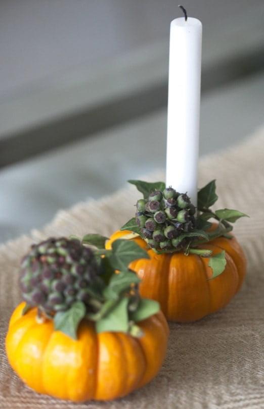 Réalisation de bougeoirs naturels avec du lierre pour une décoration de table automnale