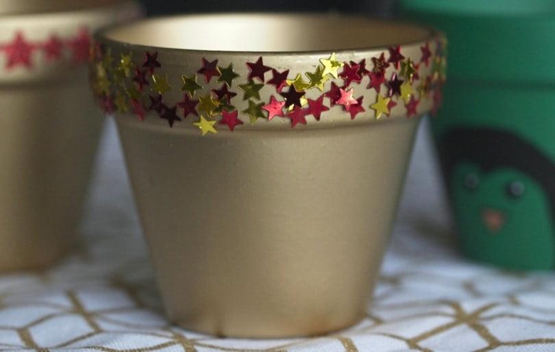 Rose colle les paillettes sur les pots de fleur