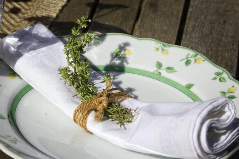 Rond de serviette en ficelle pour une table printanière