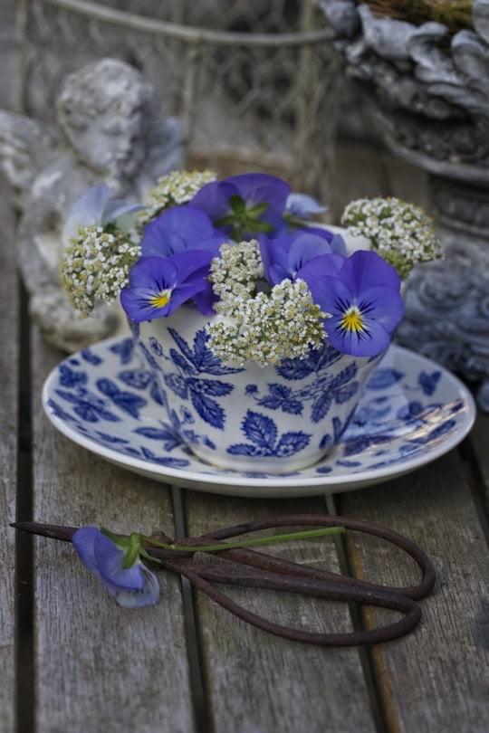 Décorer une tasse avec des fleurs