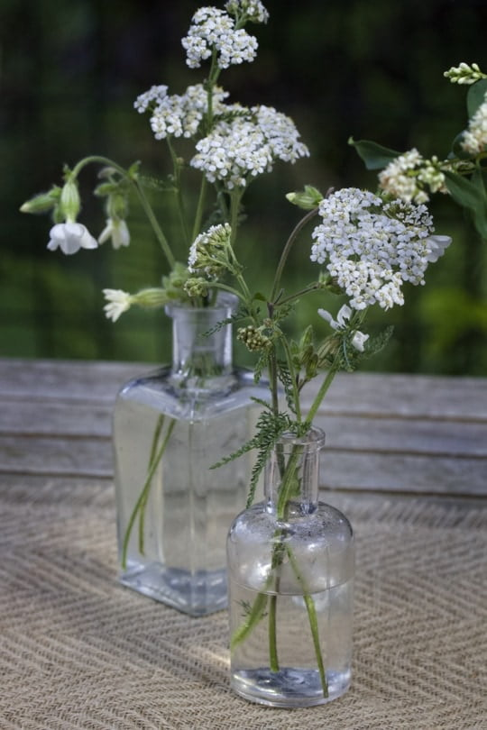 Des bouquets dans des flacons anciens pour ma table printanière
