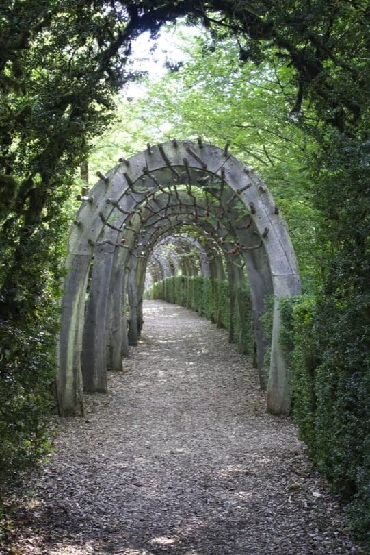 Allée des arches dans les jardins de Marqueyssac