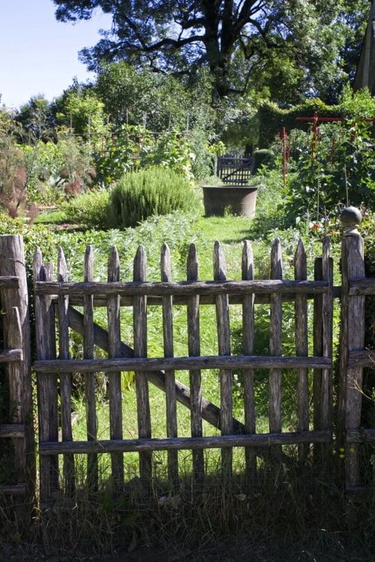 Barrière devant le potager des jardins du Manoir d'Eyrignac