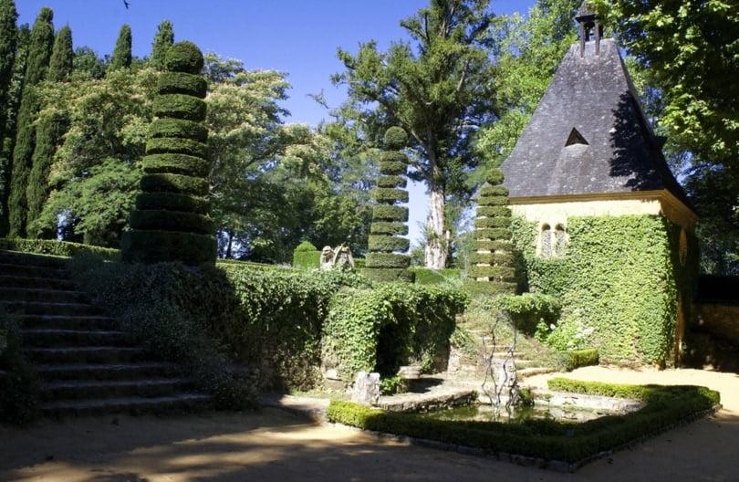 Fontaine de la cour du manoir d'Eyrignac